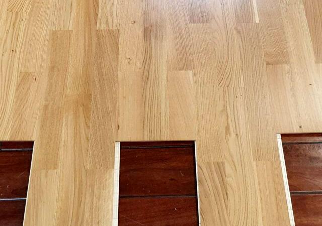 La posa di un pavimento in parquet